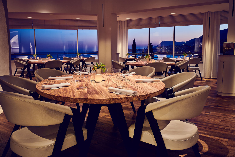 Mirazur dining room at night
