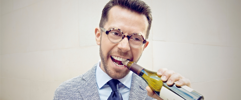 Sommelier Jan Konetzki holding a bottle of wine